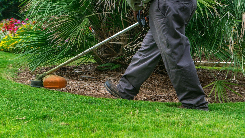 grassperson-crew-edge-trimming-mulch-2