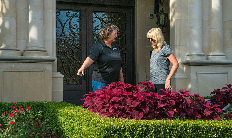 grassperson-crew-with-customer-shrubs